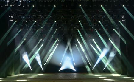 煙と光の光線に照らされた空のコンサート ステージ