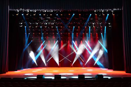 Escenario de conciertos vacío luminoso con el humo y el rojo, blanco y vigas azules Foto de archivo - 39110701