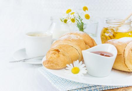 petit déjeuner: Petit déjeuner continental avec croissants, tasse de café, de la confiture et du miel