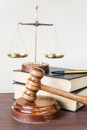 justicia: Símbolos de la ley: martillo de madera, Soundblock, escalas y dos gruesos libros antiguos