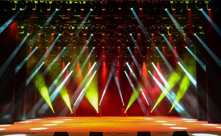 concierto de rock: Escenario de conciertos vacío luminoso con humo Foto de archivo