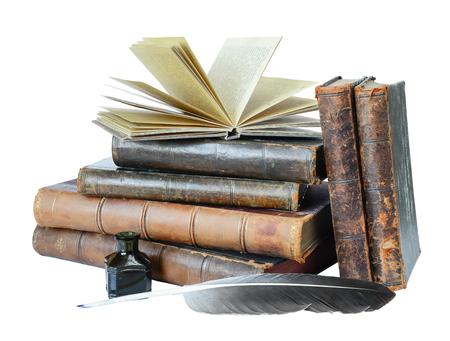 古書、クイルおよびインクつぼの白い背景で隔離のスタック