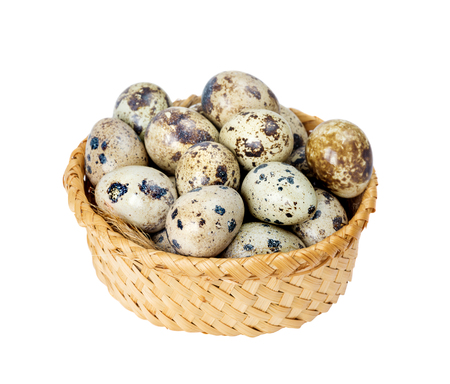 huevos de codorniz: Basket full of quail eggs isolated on white background