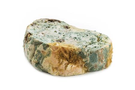썩은 빵에 고립 된 흰색 배경. 버릇없는 음식