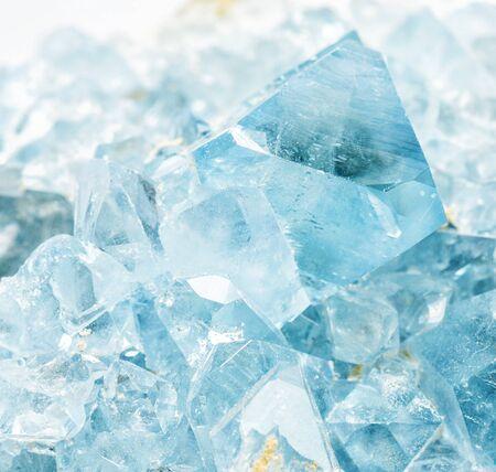 Beaux cristaux bleu clair du gros plan de célestite minérale à collectionner. La célestine est le principal minerai de strontium Banque d'images
