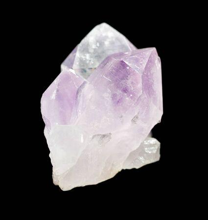 Mehrere Kristalle aus durchscheinendem rosa Quarz, isoliert auf einem schwarzen Hintergrund Standard-Bild