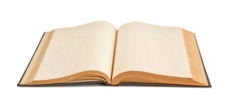 Offenes Buch mit vergilbten leeren Seiten isoliert auf weißem Hintergrund Standard-Bild