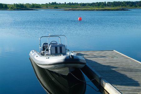 starr: Starre Schlauchboot (RIB) in einem schwimmenden Pier.