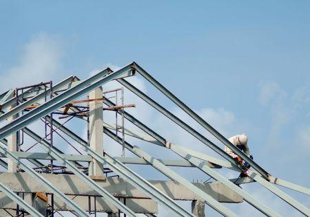 Familiensitz gebaut. Zwei Bauarbeiter auf dem Dach.  Standard-Bild - 778812