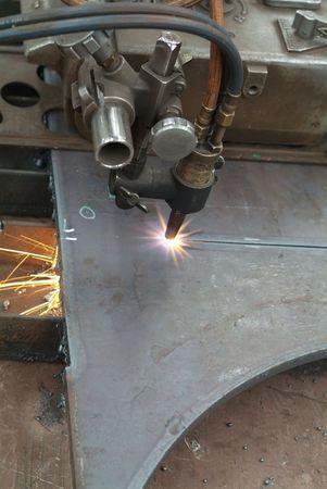 piastra acciaio: Automatizzato di taglio di una lamiera di acciaio in un workshop industriali  Archivio Fotografico