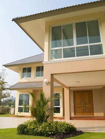 Luxury villa with garden in tropical setting Standard-Bild