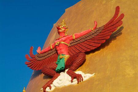 Garuda, el ave mítica, en una Cheddi Oro en un templo en la provincia de Samut Prakan Tailandia. Foto de archivo - 5279973
