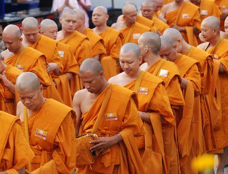 monjes: BANGKOK, Tailandia - el 5 de diciembre: Monjes budistas esperando en Sanam Luang durante la celebraci�n del cumplea�os 82 de s.m. el rey Bhumipol Adulyadej en Bangkok, Tailandia, el 5 de diciembre de 2009.