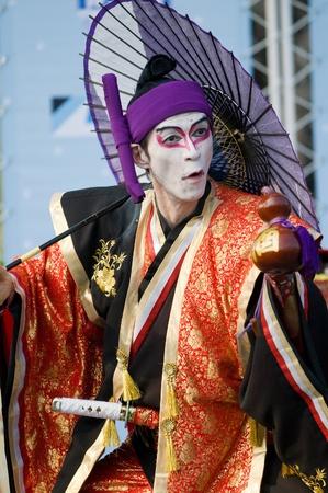 kabuki: BANGKOK - DECEMBER 10: Happy Yoshizawa-ya, a Japanese fatherdaughter team, performing Kabuki Magic at Bangkok International Street Show in Lumpini Park on December 10, 2010 in Bangkok, Thailand. Editorial