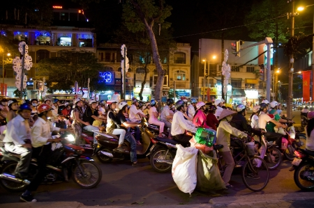 HO CHI MINH CITY - 22 Dezember: Weihnachts-Einkäufer auf Motorrädern am 22 Dezember 2010 in Ho-Chi-Minh-Stadt. Standard-Bild - 8500640