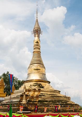 yat: Golden Stupa at the peak of Phnom Yat, Pailin in Cambodia  Stock Photo