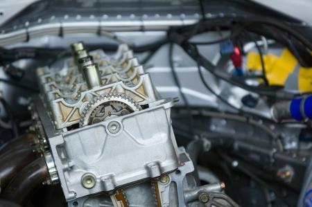 DOHC (doble �rbol de levas) motor de carreras con �rboles de levas y tapa de �rbol de levas eliminado. Poca profundidad de campo con la cadena de distribuci�n en el foco. Foto de archivo - 14178112