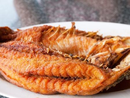 pescado frito: Pargo frito en un restaurante de mariscos en Tailandia profundidad superficial de campo