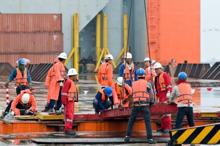 torre de perforacion petrolera: LAEM CHABANG - 2 DE OCTUBRE: Los trabajadores preparando para el envío de los 6.000 ton Gudrun módulo para el envío de Tailandia a Noruega en Laem Chabang, Tailandia el 2 de octubre de 2012. Editorial