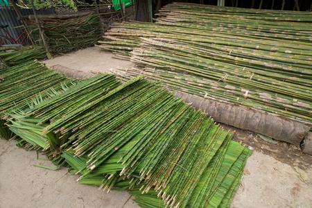 materiales de construccion: Materiales de construcción, hojas de palma y varas de bambú, para la construcción de viviendas en el municipio de Labutta, División de Ayeyarwady Myanmar.