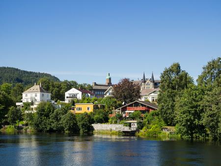 Nidelven, le fleuve Nid, à Trondheim, troisième ville de Norvège, avec le district d'Ila en arrière-plan Banque d'images - 83381093