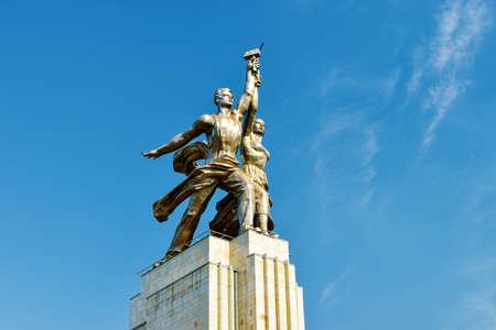 soviet flag: Moskau, Russia - July 22, 2016: Famous soviet monument Rabochiy i Kolkhoznitsa. Worker and Kolkhoz Woman.