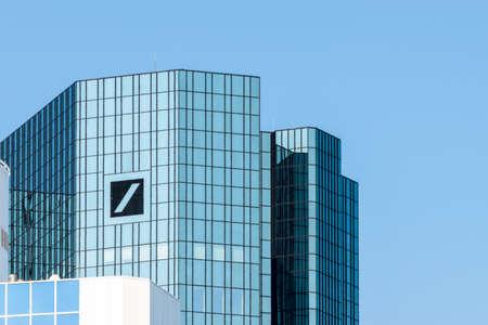 프랑크푸르트, 독일 -2011 년 7 월 27 일 : 도이치 뱅크 본사 프랑크푸르트에서 메인 건물.