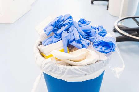 Peligro de residuos médicos y químicos de laboratorio. Residuos plásticos y ecología Foto de archivo