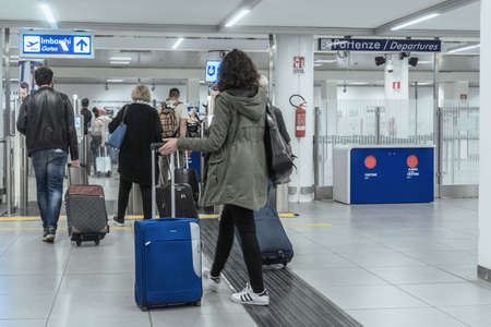 Roma, Italy - april 17, 2018: Security check area, in Rome Airport 新聞圖片