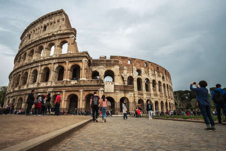 Rome, Italy - april 17, 2018: Colosseum and tourists in Rome. Italy capital landmarks. Travel, tourism and attractions 新聞圖片