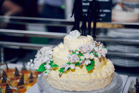 white Wedding cake with roses. ceremony catering.