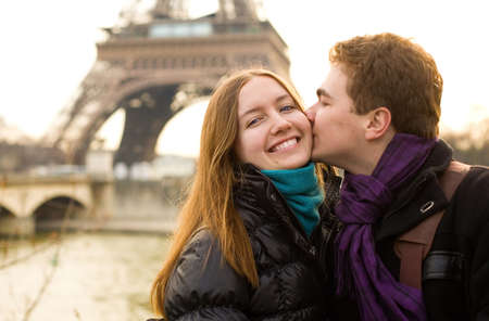 Happy loving couple in Paris, kissing by the Eiffel Tower Banque d'images