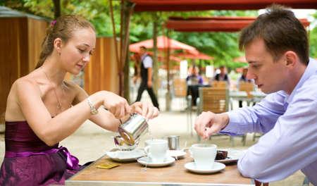 desayuno romantico: Pareja rom�ntica en Par�s, desayunando en un caf� parisino calle Foto de archivo
