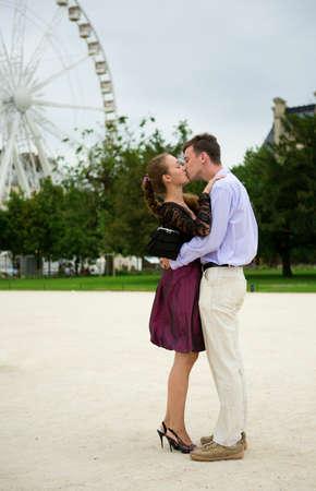 Pareja romántica en París besos cerca de big dipper