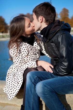 Romantic couple outdoors, kissing Banque d'images