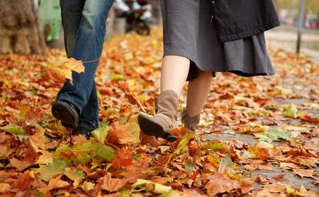 parejas caminando: Dos citas a la ca�da de Foto de archivo