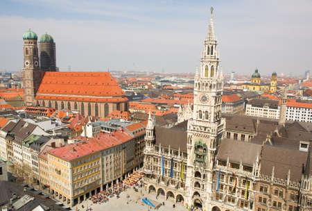 frauenkirche: Luftaufnahme von M�nchen (Bayern, Deutschland) mit dem Neuen Rathaus und Frauenkirche Lizenzfreie Bilder