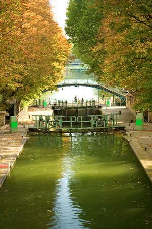 Beau canal Saint-Martin avec ses ponts piétonniers et les écluses à Paris (France).