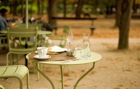francia: Calle cafe en el jard�n de Luxemburgo, Par�s, Francia