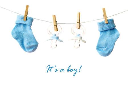geburt: Es ist ein Junge! Baby Socken und Schnuller auf die clotheline Lizenzfreie Bilder
