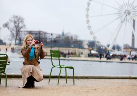 photo camera: Bella donna a Parigi con la sua macchina fotografica Archivio Fotografico