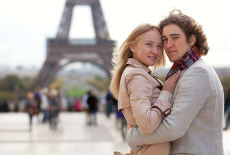 Romantic couple in Paris by the Eiffel Tower Reklamní fotografie - 11860184