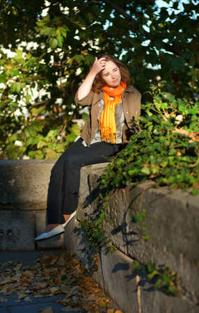 jardin de luxembourg: Beautiful young woman enjoying early sunny morning in park