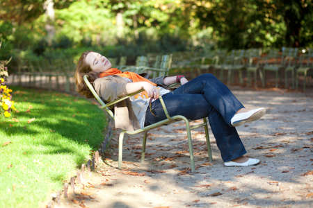 jardin de luxembourg: Beautiful young woman enjoying warm autumn or spring day