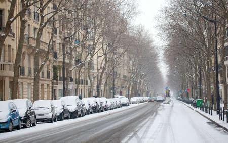 파리의 겨울. 눈으로 덮여 파리의 거리