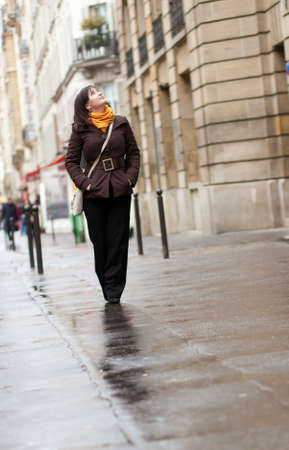 brune: Young tourist in Paris at rainy day