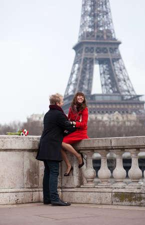 Par rom�ntico no amor em Paris, perto da Torre Eiffel