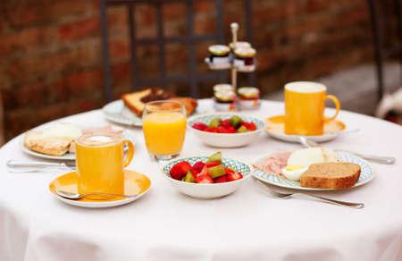 dejeuner: D�licieux petit d�jeuner avec une salade de fruits, jus de fruits frais et le caf� servis pour deux