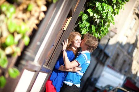 Dating couple kissing on Montmartre. Paris, France Banque d'images