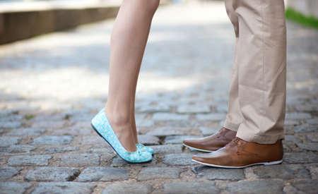 zoenen: Close-up van mannelijke en vrouwelijke benen tijdens een date